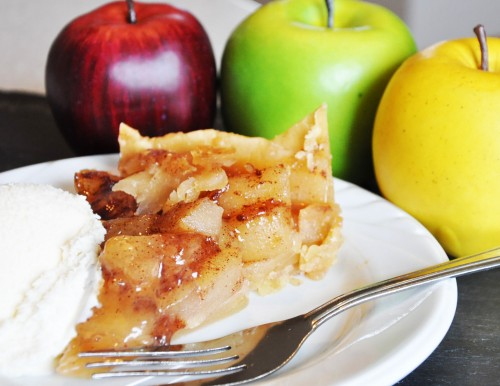 Slow Cooker Apple Caramel Pie: 10 Yummy Thanksgiving Dessert Ideas | Cheap Is The New Classy